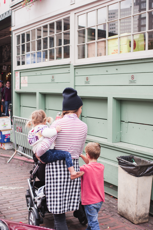 rae-ann-kelly-little-tourist-guide-pike-place-market-9866